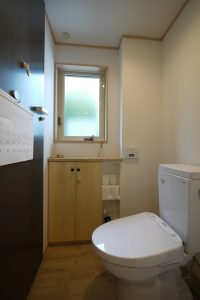 黒皮鉄の壁のトイレ