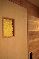 トイレのドアにアンバー色の装飾ガラス