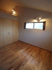 ベッドを置くので窓は高めの寝室
