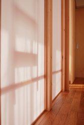廊下の南側は子ども部屋で気配を感じる壁に