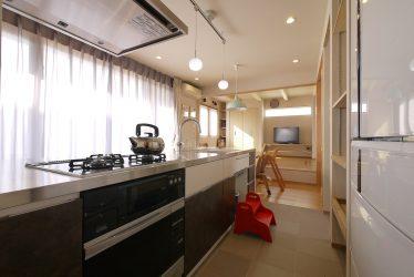 キッチン内側は濃茶と白のレザー調の扉
