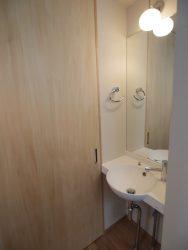 LDK側からクローズすることも可能。来客時の化粧直し手洗いにもなります。