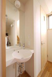 家族用玄関とトイレの間に設けられた手洗い