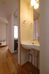 LDK側との間の扉をあけた様子。暮らしと隣り合って存在する手洗い。