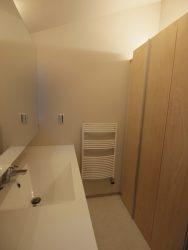 洗面台の背面には高さのある収納を