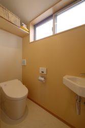 2階のトイレの壁は1面だけ黄色の壁に