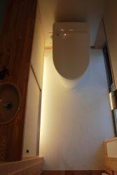 1階のトイレは地窓、足元間接照明
