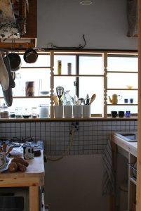 窓際の飾る収納棚とコンロ