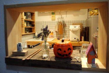 玄関の小窓からキッチンを眺める