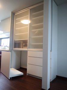 キッチン収納下部にはゴミ箱を置けるキャスター収納