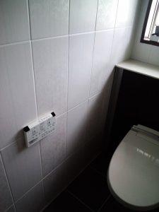 上品な印象の壁タイルと濃いめの床タイルを合わせたトイレ