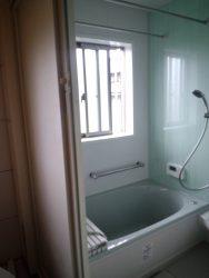 浴室は引き戸に。断熱材も追加しました。