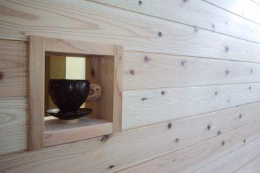 リビングの一面を杉板張りにして、壁に温もりを