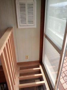 部屋とつながる小窓を設置