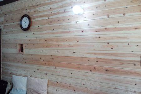 リビングの壁一面に杉板を張りました