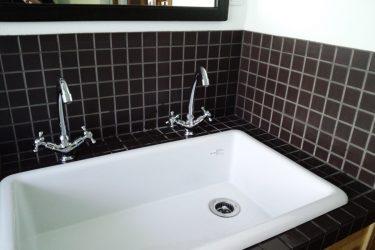 深めで広く使えるシンプルな流しの洗面台です