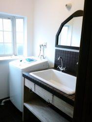 お手持ちの鏡がぴったり合うチョコレート色のタイルの洗面台