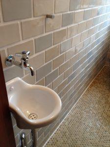 トイレの手洗いは同じかたちのものに入替