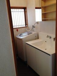 洗面所は床補強して、洗面台と洗濯機置き場を入れ替えました