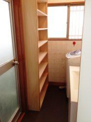 洗濯機の背面に可動棚収納を新設