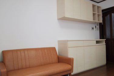リビング収納の右端にはスライドテーブルを設けてノートパソコンの定位置に(2期工事)