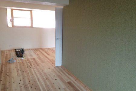 竣工前に床のオイル塗りを施主施工して頂きました