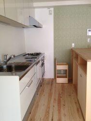 キッチンの背面カウンターではハイチェアを置いてコーヒーを楽しめる空間に