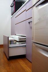 キッチン背面収納の最下段の引き出しは内引出を設けています