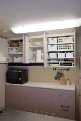 キッチン背面収納の吊戸は最下段にトレイなどを入れるOPEN棚を設けています