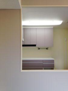 セルフペイントした壁とキッチン背面収納