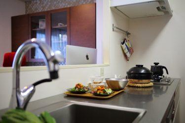 キッチンから見たダイニング壁面収納