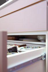 キッチン背面収納の引き出しの奥に薄いお皿用の浅い棚を設けています