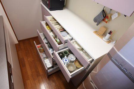 収納量や使いやすさを考えて細かく高さ設定したキッチン背面収納です