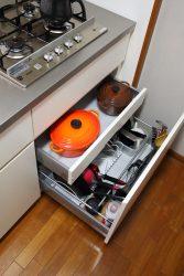 重さにも耐えられるソフトクローズ金物を使用しているので、重いお鍋もスムーズに入ります