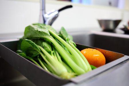 パンチングトレイの上でお野菜を洗ったりパスタの湯切りをしたりします