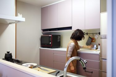 キッチン背面収納のカウンターにはスマートフォンを置いてレシピチェック