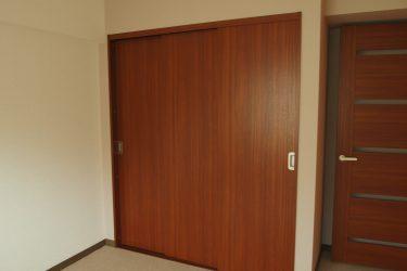 建具の入替・薄いグレーの壁紙に張替えた寝室