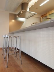TOYOキッチンの透明感のある面材とハイチェア