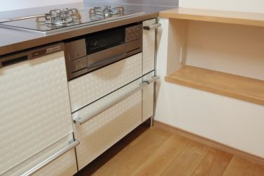 配管スペース分キッチンのステンレスカウンターを広くしました