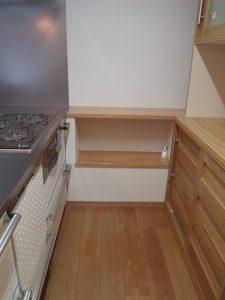 キッチン横に配管を通して、上部を収納、作業スペースに