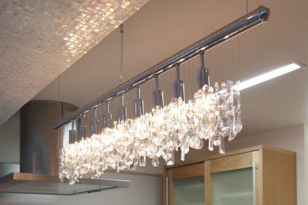 シャンデリアの明かりと梁のモザイクタイル