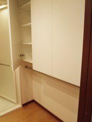 洗面台の背面には壁面収納を。鏡に映るので白いシンプルな扉にしてあります。