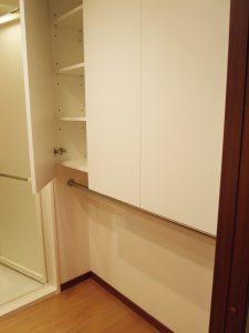 洗面台の背面に壁面収納