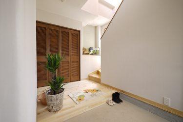 玄関正面、サイド、階段下も収納になっています