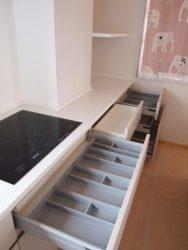 キッチン背面カウンターの収納は大容量