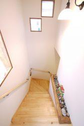 キッチンの小窓とつながる階段