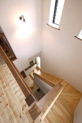 玄関からあがる階段は高い窓から明るい光が差し込みます
