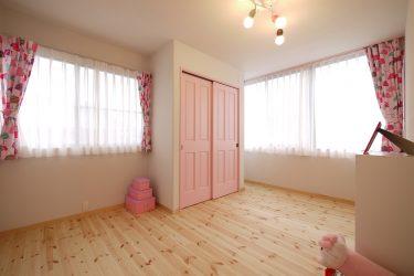 扉をベビーピンクにした女の子部屋