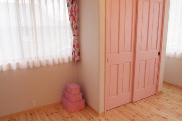 愛らしく明るい女の子部屋