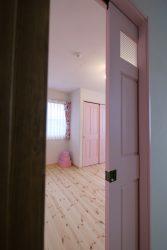 部屋の入口の扉もベビーピンク